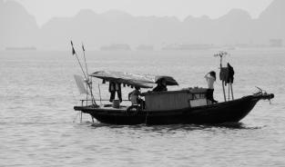 siteG_halongbay_montanhas_barco